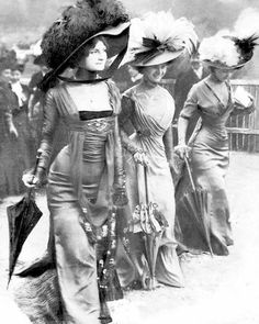 The Belle Epoque Body-con Dress That Was Too Sexy for Paris Scandalously body-skimming (and shockingly petticoat-free) dresses by Parisian couturier Mme. Margaine-Lacroix, debuted by three models at the fashionable Longchamp horse race in 1900s Fashion, Edwardian Fashion, Vintage Fashion, Paris Fashion, High Fashion, Women's Fashion, Fashion Women, Fashion Ideas, Fashion Trends