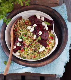 Die Rote Bete wird kurz gegrillt, bevor sie zur erfrischenden Mischung aus Bulgur, Tomate, Gurke, Minze und Ziegenkäse kommt.