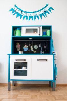 Some ideas on how to personalize Ikea children furniture: Ikea hacks for kids! Ikea Childrens Kitchen, Ikea Kids Kitchen, Diy Play Kitchen, Ikea Kitchen Design, Play Kitchens, Kitchen Hacks, Kitchen Tools, Ikea Duktig, Ikea Hacks