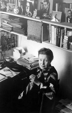 Simone de Beauvoir em seu apartamento, rue Schoelcher. Paris.  1978, photo by Janine Nièpce.