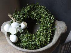 .. Vintage Decor, Rustic Decor, Dough Bowl, Spring Home, Art Of Living, Happy Easter, Home Deco, Planting Flowers, Garland
