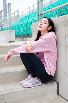 김연아와 핑크가 만났다! 뉴발란스, 한정판 스니커즈 출시 '핑크핑크해' Kim Yuna, Pose Reference Photo, Sitting Poses, Asian Street Style, Look Girl, Cool Poses, Celebrity Makeup, Sports Stars, Figure Skating