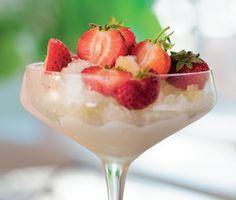 Överraska dina gäster med en frisk och charmant dessert. Champagnegranité smakar utsökt av mousserande vin, citron och söta jordgubbar. Mycket effektfullt att servera i glas på fot.