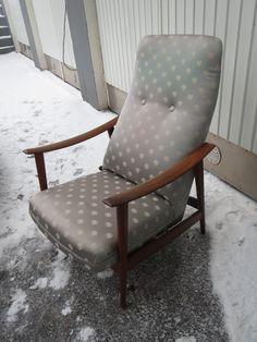 Ruotsalaisen Folke Ohlssonin suunnittelma Lounge Chair, valmistaja Dux.  Verhoilu uusittu jälkeenpäin (ei ihan onnistunut valinta...) hyväkuntoinen ja hyvä istua.   Tuolin toisessa sivussa on vipu, josta tuolin saa pieneen keinuliikkeeseen.  180 euroa.