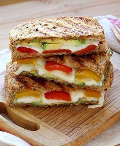 Un croque-monsieur à la mozzarella, à l'avocat et aux poivrons. Une bonne idée recette végétarienne.