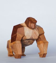 Mat Random est un «Toy Design» basé à Buenos Aires en Argentine. L'une de ses dernières créations qui est encore en phase de concept c'est The Simian. Un gorille entièrement fait en bois dont les pièces sont amovibles, permettant ainsi de le transformer et de le mettre dans différentes posi…