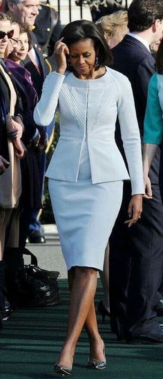 MARCH 14 2012 - Michelle Obama wore a Zac Posen sky blue skirt suit, while Samantha Cameron was in Roksanda Ilincic, for the Camerons' official arrival ceremony at the White House. Michelle Obama Fashion, Michelle And Barack Obama, Samantha Cameron, First Ladies, First Black President, Look Blazer, Look Fashion, Womens Fashion, Classy Outfits