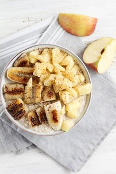 Creamy Oatmeal with Roasted Apples. Today I show you a vegan oatmeal with roasted apple and banana. Oatmeal Flour, Oatmeal Diet, Vegan Oatmeal, Roasted Apples, Baked Apples, Roasted Banana, Brunch Recipes, Breakfast Recipes, Banana Breakfast