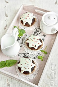 muffins cu cacao si glazura de vanilie_1 High Protein Low Carb, High Protein Recipes, Protein Foods, Food And Drink, Sweets, Meals, Cookies, Desserts, Edith's Kitchen