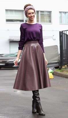 Amateur in flared brown leather midi skirt and black knee boots Long Leather Skirt, Leather Dresses, Leather Skirts, Classy Outfits, Pretty Outfits, Beautiful Outfits, Skirt Outfits, Dress Skirt, Waist Skirt