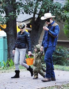 Chris Pratt and Anna Faris take son Jack Trick or Treating on Halloween in Georgia. - 2015