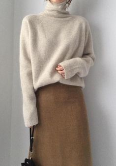 30 Minimalistic Outfit Ideas for Fall/Winter 2019 Beige sweater brown skirt = perfect winter minimal outfit The post 30 Minimalistic Outfit Ideas for Fall/Winter 2019 appeared first on Sweaters ideas. Mode Outfits, Fall Outfits, Casual Outfits, Fashion Outfits, Fashion Clothes, Outfit Winter, Dress Fashion, Fashion Boots, Skirt Outfits