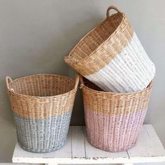 paniers peints (forme paniers+couleurs pastels)We are want to say thanks if you like to share this p Painted Baskets, Wicker Baskets, Painted Wicker, Spray Paint Wicker, Painted Furniture, Diy Furniture, Home And Deco, Basket Weaving, Bamboo Weaving
