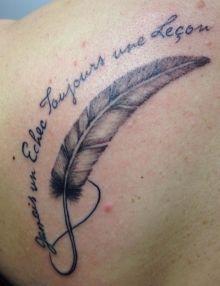 Photo de tatouage: plume  categorie Style Divers Plume /Infini/Ecriture/Lettrage/Gris et noir /Dos/Omoplate/