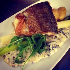 White fish, asparagus, new potatoes and morel sauce Fun Cooking, Wine Recipes, Asparagus, Herbalism, Steak, Potatoes, Restaurant, Foods, Fish