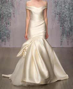 What a stunning and elegant dress in a soft ivory colour from #moniquelhuillierhk! moniquelhuillier is available exclusively at @centralweddings  #moniquelhuillierhongkong @moniquelhuillierbride #moniquelhuillier