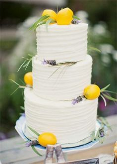 How perfect is this summer wedding cake?!