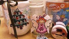 Co budeme potřebovat: Vhodnou sklenici (může to být zavařovací sklenice nebo obal od skleněné svíčky) Akrylová barva Cadence - klasické nebo metalické Razítka Aladine - České Vánoce Třpytky Aladine Izink Glitter Lepící médium na třpytky Houbičku Štětce Nůžky Tavnou pistoli Provázky nebo stuhu Pastelky