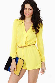 модный желтый короткий летний комбинезон лук