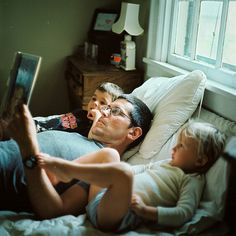 ✿Father✿ Papa reading to his children Fathers Love, Father And Son, Lectures, Family Love, Young Family, Love Reading, Reading Time, Family Photography, Family Photos