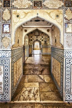 El Fuerte Amber Fue construido en 1592 por un comandante de Akbar, Man Singh, para defenderse de los ataques de los clanes rajputs de Rajastán. En la imagen, interior del palacio de los Espejos.