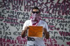 Un estudiante de la Escuela Normal Rural de Ayotzinapa. / SAÚL RUIZ