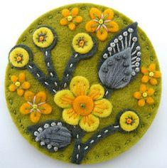 Super Ideas For Embroidery Jewelry Diy Felt Brooch Felted Wool Crafts, Felt Crafts, Fabric Crafts, Tape Crafts, Wool Quilts, Wool Embroidery, Embroidery Jewelry, Felt Applique, Machine Applique