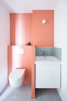 This bathroom features Farrow & Ball Red Earth. Farrow And Ball Paint, Farrow Ball, Scandinavian Bathroom, Living Room Color Schemes, Aesthetic Rooms, Room Colors, Small Bathroom, Light Colors, Small Spaces