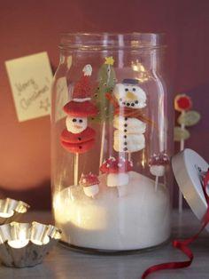 Das nennen wir mal eine richtig süße Weihnachtsdekoration! Am besten basteln Sie die zuckrigen Schneemänner mit Ihren Kindern - toll auch zum Verschenken!