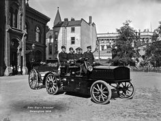 Sähköauto vuodelta 1909 Pääpaloaseman pihalla, osoitteessa Korkeavuorenkatu 26. Kuljettajana koneenkäyttäjä Flink ja vieressä ruiskumestari Leskinen.  Foto: Signe Brander, 1909. Old Pictures, Old Photos, History Of Finland, Old Buildings, Historical Pictures, Before Us, Helsinki, Good Old, Nostalgia