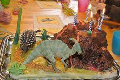 Dinoparty, Dinotorte mit spuckendem Wulkan