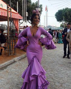 La imagen puede contener: 2 personas, personas de pie y exterior Flamenco Costume, Flamenco Dancers, Spanish Dress Flamenco, Flamenco Dresses, Spanish Woman, Bridal Jumpsuit, Beautiful Long Hair, Purple Dress, Formal Dresses