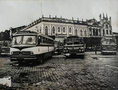 Antiga estação dos ônibus, no Centro. Ao fundo, o prédio da Booth Line. Manaus. Acervo Moacir Andrade.