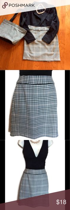 """Houndstooth pencil skirt size 6 Immaculate condition. Fully lined. Cute with tights and boots !  Approximate measurements laid flat are waist 15"""" and length 17 1/2.  Reasonable offers welcome and bundle discount available. Banana Republic Skirts Pencil"""