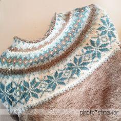Land of the sweets, frosty, glassy, shimmery snowflake pattern - småØyeblikk - small moments - Fair Isle Knitting Patterns, Fair Isle Pattern, Knitting Designs, Knit Patterns, Knitting Projects, Crochet Wool, Crochet Hats, Knitted Washcloths, Icelandic Sweaters