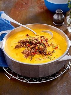 Paprika-Möhrensuppe mit Hackgröstl Rezepte Pepper and carrot soup with minced meat Meat Recipes, Low Carb Recipes, Healthy Recipes, Minced Meat Recipe, Vegetable Soup Healthy, Carne Picada, Carrot Soup, Eat Smart, Soul Food