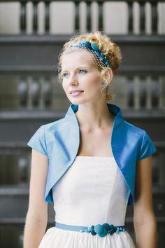 noni 2014 florentine, blau tuerkiser bolero mit kragen fuer die braut, fascinator haarband mit knopfen und hutschleier (Foto: Le Hai Linh) (http://www.noni-mode.de)