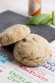 Pain à hamburger sans gluten : Pour 4 petits pains - 100ml eau - 100ml lait végétal - 1 sachet de levure de boulanger - 100g farine de sarrasin - 100g farine de riz - 50g de fécule de petit - 50g de fécule de maïs - 1 cc de gomme de guar - 1 cc de sel - 1 cs de graines (pavot...)