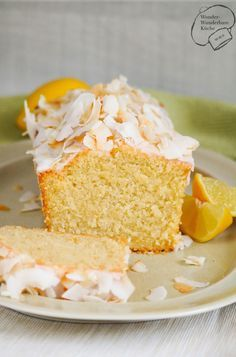 Saftiger Kokos-Zitronen-Kuchen aus der Kastenform mit Zitronenguss, Kokosmilch und Kokosflocken. Sehr saftig und fruchtig! Schnell und einfach gebacken mit Wow-Effekt durch geröstete Kokoschips! (Bake Cheesecake Families)
