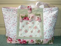 Shabby Chic You could figure this out. Shabby Chic Quilts, Shabby Chic Style, Bag Pattern Free, Diy Handbag, Floral Bags, Handmade Purses, Penny Rugs, Patchwork Bags, Fabric Bags