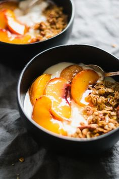 Peach Crisp Yogurt Bowls Made with creamy vanilla yogurt homemade maple granola and juicy roasted peaches. Enjoy this for breakfast or a lightened-up dessert! The post Peach Crisp Yogurt Bowls appeared first on Dessert Park. Healthy Breakfast Recipes, Brunch Recipes, Summer Recipes, Healthy Recipes, Breakfast Fruit, Dessert Healthy, Healthy Desserts With Fruit, Appetizer Dessert, Healthy Breakfasts