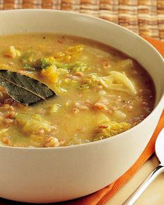 Discover how to prepare the recipe of spelled soup, cabbage and potatoes a hot and vegetarian first Chowder Recipes, Soup Recipes, Vegetarian Recipes, Cooking Recipes, Healthy Recipes, Cabbage Potato Soup, Cabbage And Potatoes, Italian Soup, Italian Recipes
