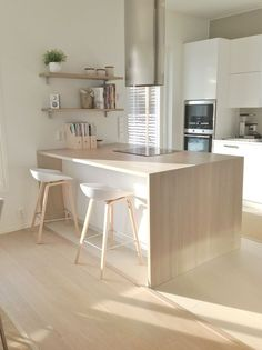 Inspiration cuisine scandinave - Scandinavian kitchen in New Kitchen, Kitchen Interior, Kitchen Dining, Kitchen Decor, Kitchen Ideas, Decorating Kitchen, Kitchen Things, Kitchen Island, Küchen Design