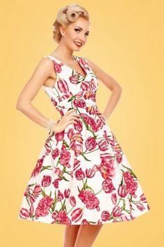 Bringe etwas Farbe in deinem Kleidrschrank hinein mit diesem May Floral Swing Dress!Und nach dem Sommer fügen wir das Kleid einfach an die Herbstgarderobe hinzu. An diesem Traumkleid kann man sich das ganze Jahr erfreuen; kombiniere das Kleid mit einem Bolero für die kälteren Tage und mit einer Blume in deinem Haar für die warmen Sommertage! Einen romantischen V-Ausschnitt auf der Rückseite, ein sexy Top in Wickeloptik und einem verspielten semi Sw...