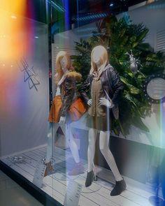 """Уже давно обращаю внимание на интересные инсталяции за стеклами магазинов, и теперь решила создать здесь  собирательный образ краснодарских витрин. Некий реалити-проект """"Шопинг за стеклом"""". Интересно понять, как манекены, декорации и свет заставляют замирать сердца шопоголиков.  Новая весенняя коллекция уже на манекенах, всё это на фоне декораций  с огромным зеленым салатом и сильвер-жуками"""