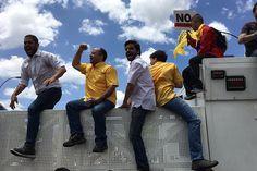 ATENCIÓN! GNB impide paso de opositores a la Defensoría: Diputados se suben a la cerca (Fotos)