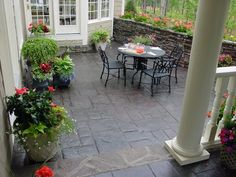 Find here the unique slate patio design ideas. Through these slate stone patio designs you can change the look of your patio and make it catchy and functional. Check the slate patio tiles designs having different colors and textures. Concrete Patios, Cement Patio, Stone Patios, Bluestone Patio, Small Outdoor Patios, Outdoor Gardens, Outdoor Living, Outdoor Decor, Outdoor Spaces