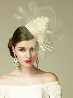インパクトのあるヘッドアクセを引き立てるように、ヘアはすっきりまとめて。 Veil Hairstyles, Wedding Hairstyles With Veil, Bridal Hat, Bridal Crown, Wedding Hats, Wedding Veils, Bride Hair Accessories, Hair Ornaments, Wedding Beauty