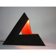 Tetraedro - Material: aço carbono. Medidas: 30cm x 35 cm. www.atelierslawinski.com.br. (=)