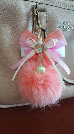 Llaveros Fur Keychain, Tassel Keychain, Keychains, Fabric Jewelry, Beaded Jewelry, Handmade Jewelry, Pom Pom Bag Charm, Diy Jewelry Projects, Pom Pom Crafts